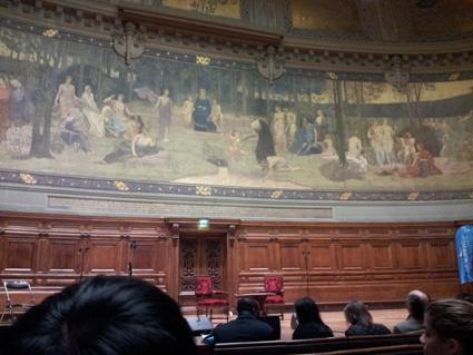 Grand amphithéâtre de la Sorbonne le 13 décembre 2013, avant la conférence. Cliché par Sophie Clairet