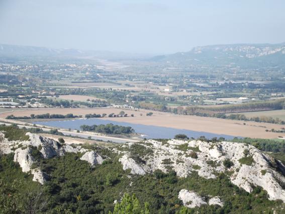 Vue de la vallée de la Durance depuis les collines de Charleval (téléobjectif et hélas un peu pris dans la brume). Cliché par Sophie Clairet, novembre 2013.