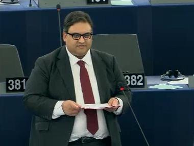 Séance au Parlement européen le 11 mars 2014. Le député Claude Moraes présente l'enquête. Capture d'écran de sa présentation