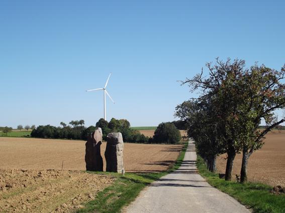 L'une des sculptures qui composent les menhirs de l'Europe. Elles furent installées par une trentaine d'artistes sur la frontière entre Launstroff (F) et Wellingen (D) pour témoigner de la paix entre les nations. Cliché Sophie Clairet, septembre 2015.