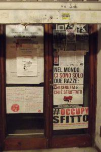 Dans le centre de Carrare, la vitrine d'une boutique délaissée devient support politique. Juillet 2016. Cliché Sophie Clairet.